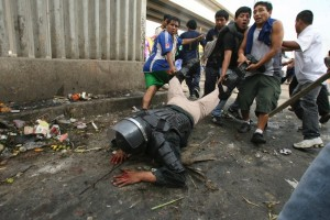 A riot police officer is dragged by protesters after being knocked down off his horse with rocks thrown by workers of 'La Parada' wholesale market in Lima, October 25, 2012. Clashes between the wholesale market workers and police officers yesterday left two people dead and more than 100 injured when concrete blocks were attempted to be placed at the entrances by local authorities to prevent market supply, according to local media. Picture taken October 25, 2012. REUTERS/Alessandro Currarino/Diario El Comercio (PERU - Tags: BUSINESS CIVIL UNREST CRIME LAW TPX IMAGES OF THE DAY) FOR EDITORIAL USE ONLY. NOT FOR SALE FOR MARKETING OR ADVERTISING CAMPAIGNS. THIS IMAGE HAS BEEN SUPPLIED BY A THIRD PARTY. IT IS DISTRIBUTED, EXACTLY AS RECEIVED BY REUTERS, AS A SERVICE TO CLIENTS. PERU OUT. NO COMMERCIAL OR EDITORIAL SALES IN PERU